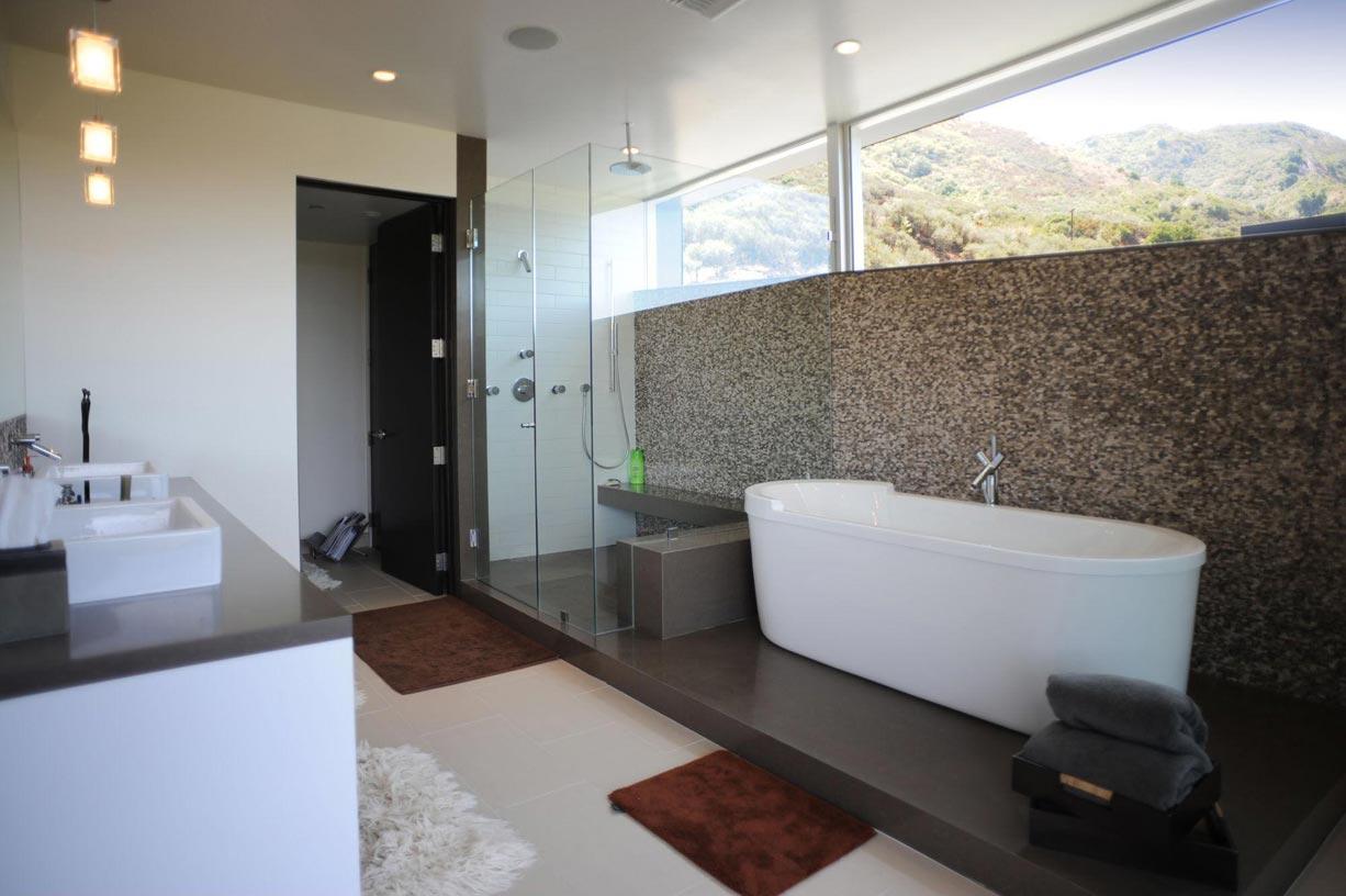 Szabadonálló kád a fürdőszobában