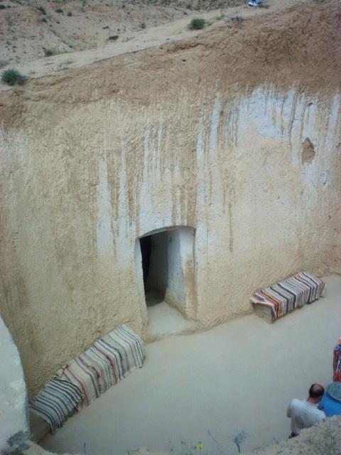 Átriumos ősi földházak a tunéziai Matmatában, ahol a Csillagok háborúja című film jeleneteit is forgatták