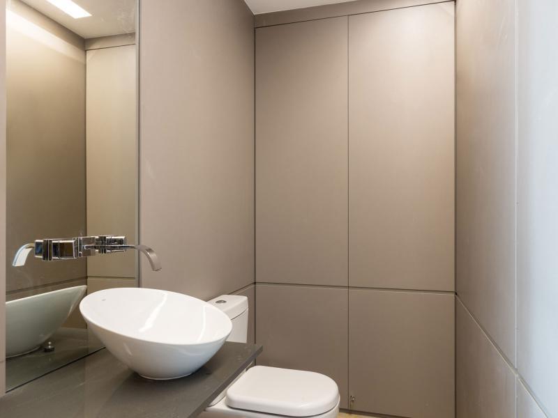 Keskeny szürke burkolatú fürdőszoba