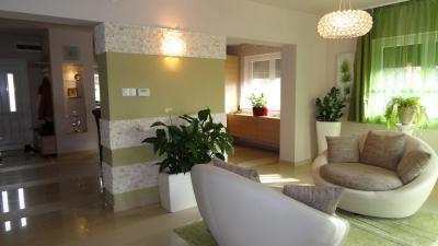 Kényelmes társalgó - Modern nappali tágas fotelekkel, harmonikus összkép - nappali ötlet, modern stílusban