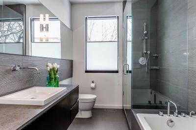 Kis fürdő extrákkal - fürdő / WC ötlet, modern stílusban
