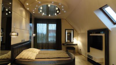 Tetőtéri hálószoba - Modern hálószoba kerek álmennyezettel, luxus hatású részletekkel - háló ötlet, modern stílusban