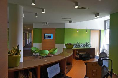 Iroda berendezés - Modern iroda recepciója társalgóval - dolgozószoba ötlet, modern stílusban
