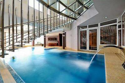 Családi ház belső tere - medence / jakuzzi ötlet, modern stílusban