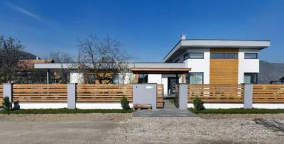 Családi ház homlokzata - kerítés ötlet, modern stílusban