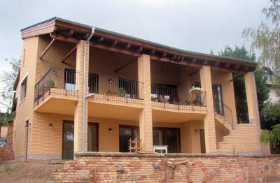 Családi ház homlokzata - erkély / terasz ötlet, modern stílusban