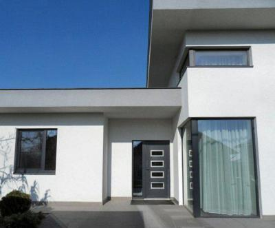 Családi ház homlokzata - bejárat ötlet, modern stílusban
