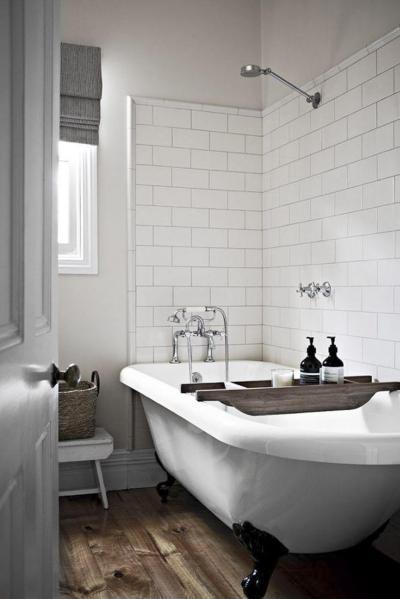 Fehér ipari stílusú fürdőszoba szabadon álló káddal - fürdő / WC ötlet, modern stílusban