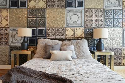 Fém hatású díszített csempés fal az ipari stílusú hálószobában - háló ötlet, modern stílusban
