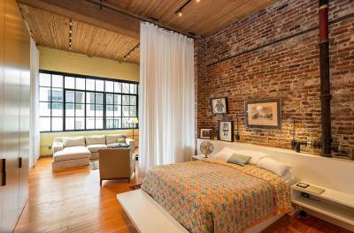 Egyedi térelválasztás ipari stílusú lakásban - háló ötlet, modern stílusban