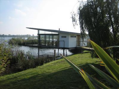 Ház a víz felett - homlokzat ötlet, modern stílusban