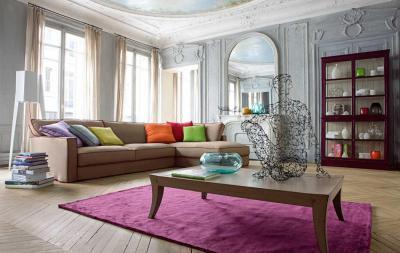 Modern bútorok klasszikus térben - nappali ötlet
