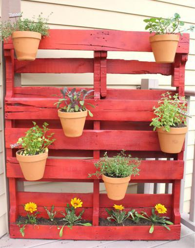 Piros raklap az erkélyen - erkély / terasz ötlet, modern stílusban