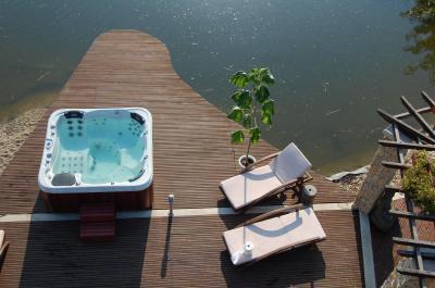 Wellis jacuzzi - medence / jakuzzi ötlet, modern stílusban
