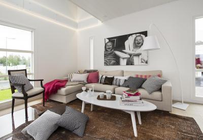 Barna-bézs nappali egy kis rózsaszínnel - nappali ötlet