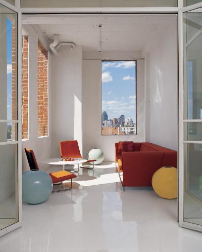 színes bútorok, fehér falak - nappali ötlet