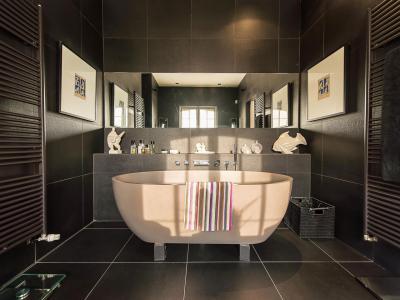 Fekete fürdőszoba - fürdő / WC ötlet, modern stílusban