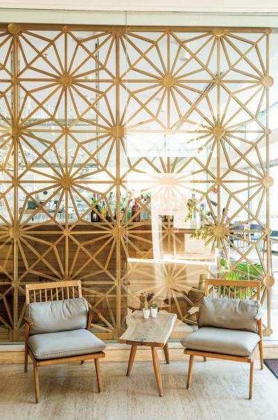 Virágmintás fa térelválasztó - nappali ötlet, modern stílusban