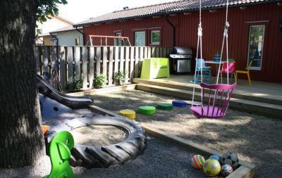 Színes kerti gyerekbirodalom - kert / udvar ötlet, modern stílusban