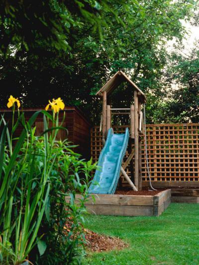 Házikó kék csúszdával - kert / udvar ötlet, rusztikus stílusban