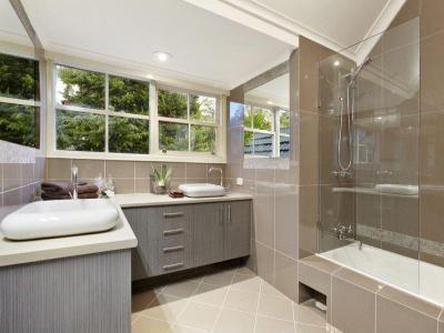 Modern fürdőszoba üvegparavánnal - fürdő / WC ötlet, modern stílusban