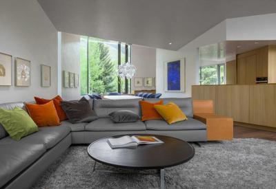 Szürke és a színek játéka - nappali ötlet, modern stílusban