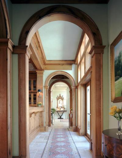 Hagyományos faburkolatú előszoba - bejárat ötlet, klasszikus stílusban