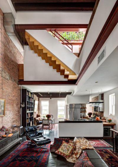 Többszintes felújított ipari stílusú lakás - nappali ötlet, modern stílusban