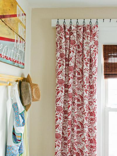 Piros-fehér mintás függöny - előszoba ötlet 5a761ed06c