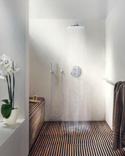 Trópusi hangulatban esőztetős zuhannyal - fürdő / WC ötlet, modern stílusban
