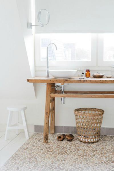 Kavicsos padlóburkolat és rusztikus asztal - fürdő / WC ötlet, modern stílusban