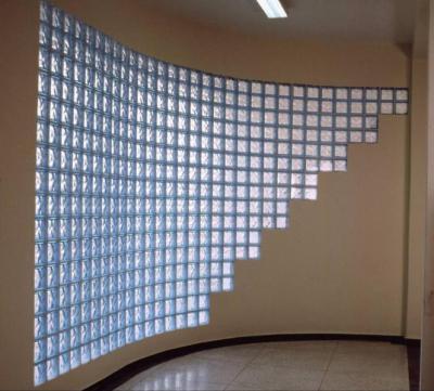 Előtérben az üvegtégla - előszoba ötlet, minimál stílusban