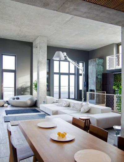 Beton és nagy belmagasság - nappali ötlet, modern stílusban