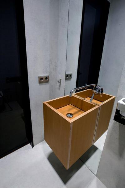 Fa mosdó tükörrel - fürdő / WC ötlet, modern stílusban