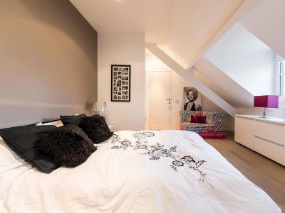 Tetőtéri hálószoba - tetőtér ötlet, modern stílusban
