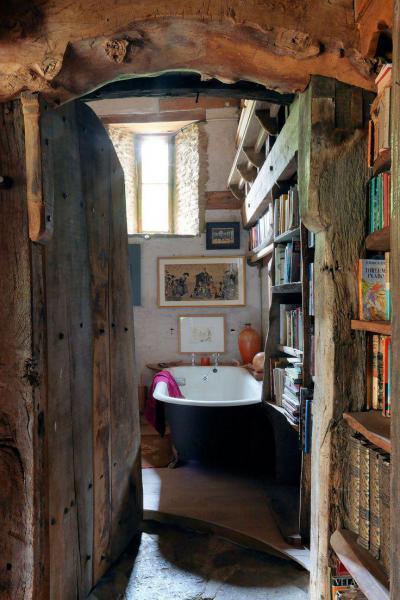 Rusztikus fürdőszoba könyvespolccal