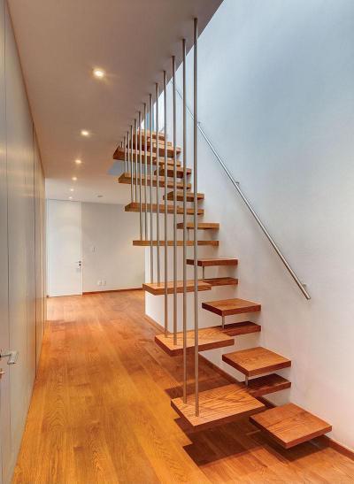 Egyedi lépcső - belső továbbiak ötlet, modern stílusban