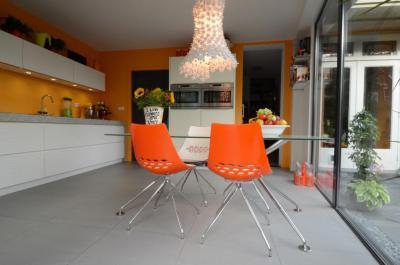 Narancs és fehér konyha feltűnő csilárral - konyha / étkező ötlet, modern stílusban