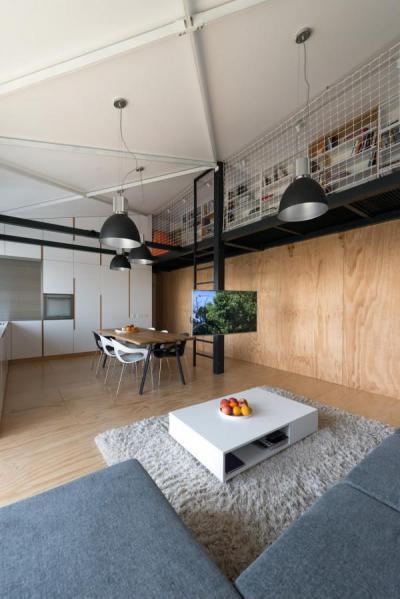 Könyvtár a galérián - nappali ötlet, modern stílusban