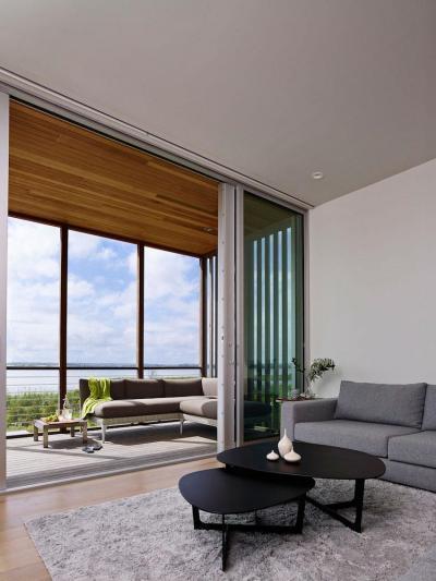 Beépített erkély - nappali ötlet, modern stílusban