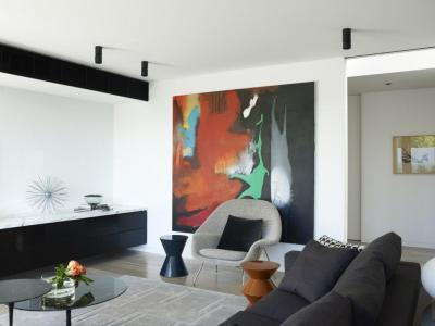 Hangsúlyos absztrakt kép a nappaliban - nappali ötlet, modern stílusban