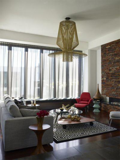 Futókutya szőnyeg és nyers téglafal - nappali ötlet, modern stílusban