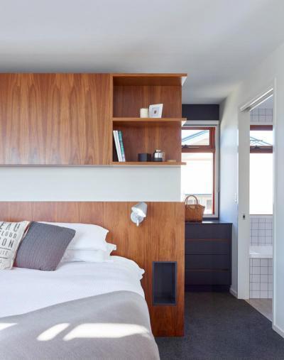 Gardrób az ágy mögött - háló ötlet, modern stílusban