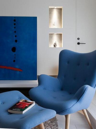 Pihenés nyugtató kék színnel - nappali ötlet, modern stílusban