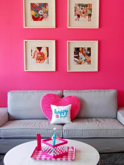 Merész pink fal - nappali ötlet, modern stílusban