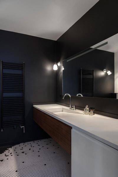Fekete falak és fehér akril játéka - fürdő / WC ötlet, modern stílusban
