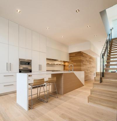 Fehér frontok és fa felüleletek - konyha / étkező ötlet, modern stílusban