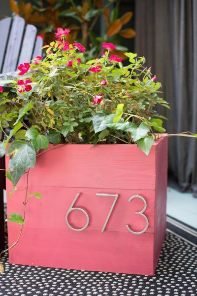 Házszám a virágládán - külső továbbiak ötlet, modern stílusban