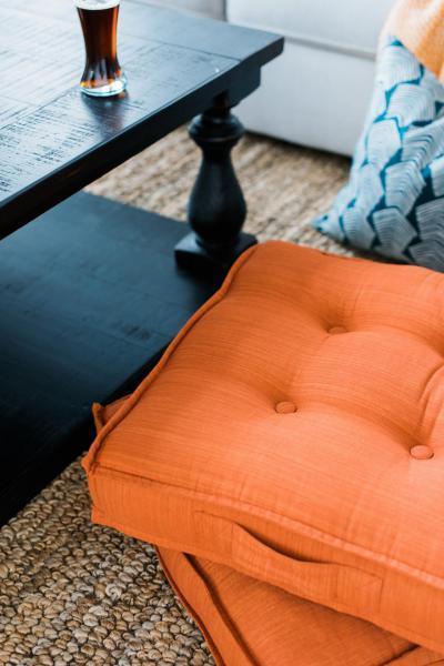 Narancs ülőpárnák - nappali ötlet, modern stílusban