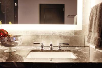 Elegáns fürdőszoba - fürdő / WC ötlet, modern stílusban